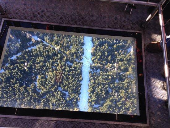Peak 2 Peak Gondola: Chão da gôndola cinza
