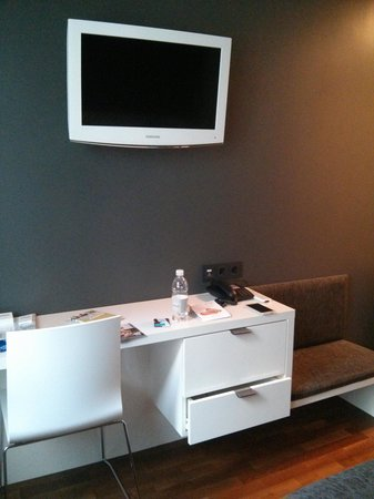 Bohem Art Hotel : scrivania e tv