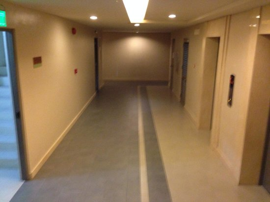 La Mirada: Looks like a hospital!  Inside of the lift is a delightful gray.   Management doesn't care.