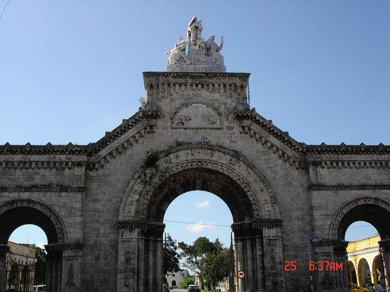 Christopher Columbus Cemetery (Cemetario de Colon): Центральные ворота кладбища.