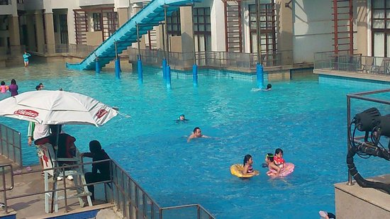 Crown Regency Resort & Convention Center: Wave Pool
