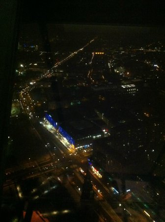 Television Tower : Вид на Унтер-ден-Линден с Бренденбургскими воротами, улицу 17-го июня