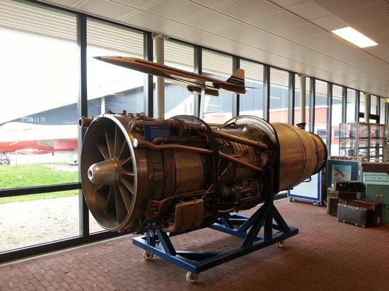 National Aviation Museum (Aviodrome): Vliegtuigmotor bij de ingang van de Aviodrome.