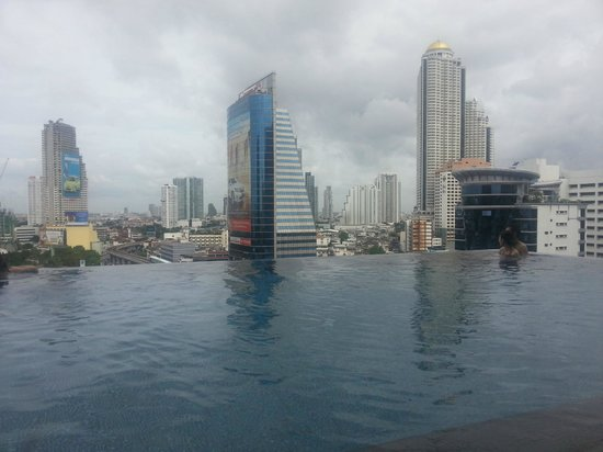 Eastin Grand Hotel Sathorn: Daytime view from the pool