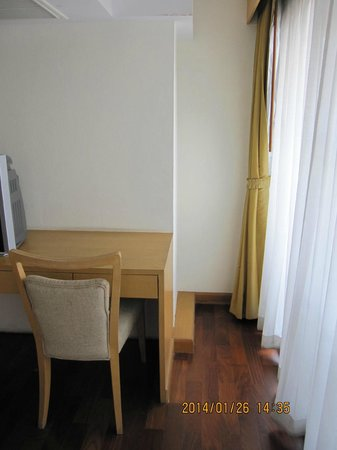 SM Grande Residence: スーツケースが置けるスペースが机の横に有ります