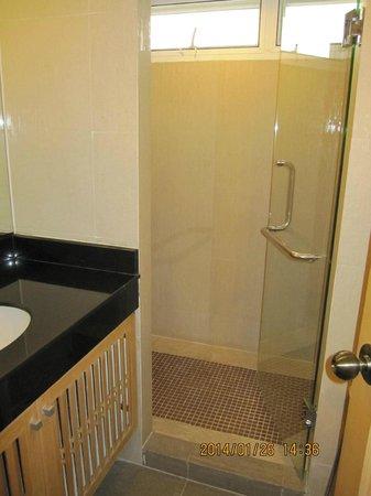 SM Grande Residence: バスタブは無いが広いシャワールーム