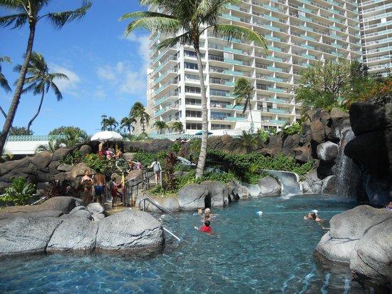 Beautiful landscaping foto di hilton hawaiian village for Koi pond traduzione