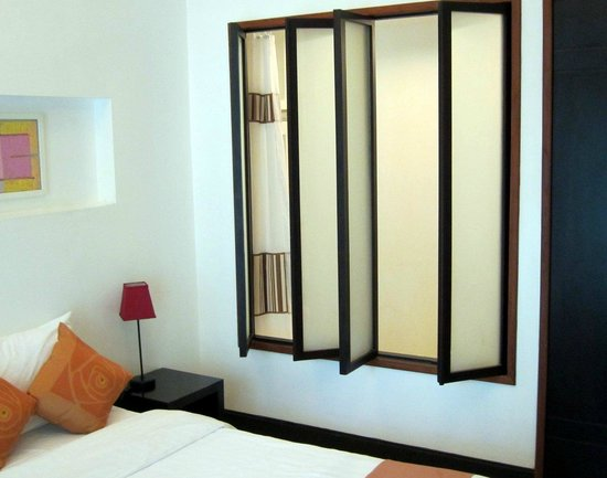 The Mantrini Boutique Resort: Bedroom and bathroom divided by a curtain