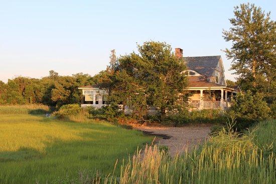 Marshside Restaurant: View of restaurant from the marsh