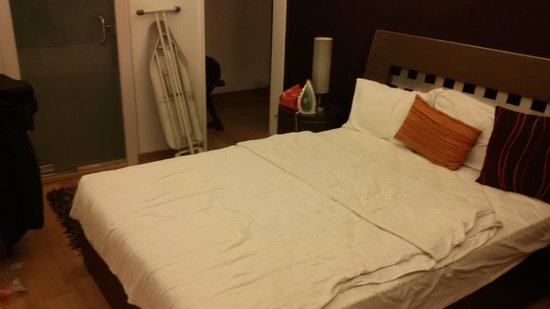 Hotel Diplomat: actual size & room pic