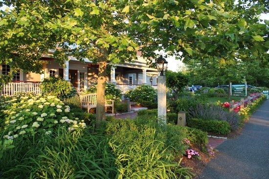Marshside Restaurant: Garden on the front left side