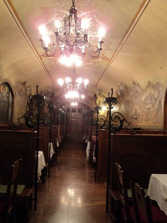 Matyas Pince Etterem : Beautiful Place, Bad Food and Bad Service