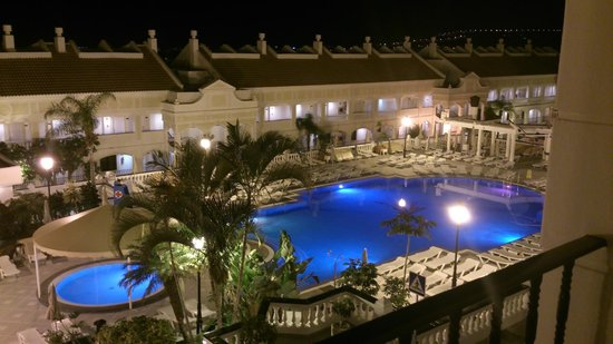 Hollywood Mirage Tenerife: Pool by night