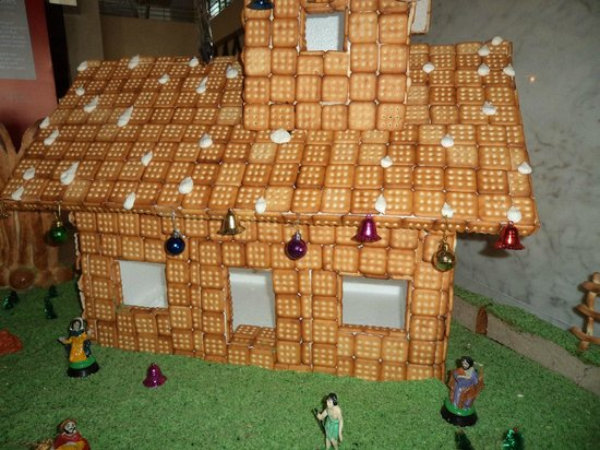 The Gateway Hotel MG Road Vijayawada: Lobby area where during christmas they create santaclause house of biscuits & bread stick.