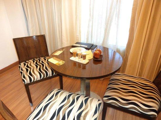 The Gateway Hotel MG Road Vijayawada: Living room of suite.