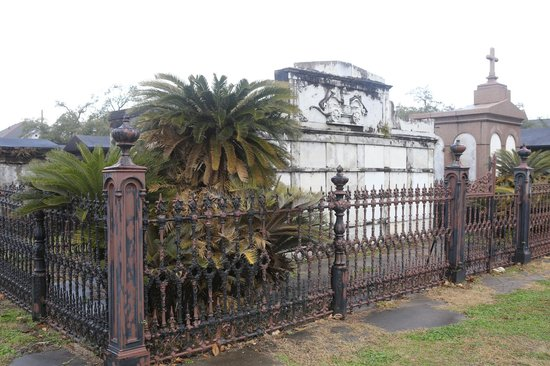 Historic New Orleans Tours : Garden District Cemetery