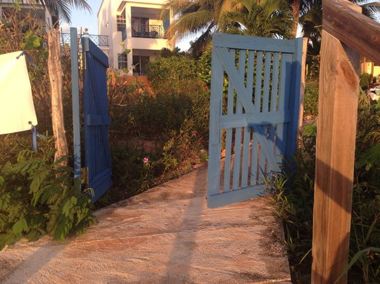 Marblue Villa Suites : Gate leading directly out on to the beach