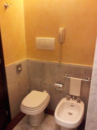 NH Roma Leonardo da Vinci: Bathroom with emergency phone