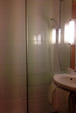EGG Hôtel Gonesse  : Bathroom