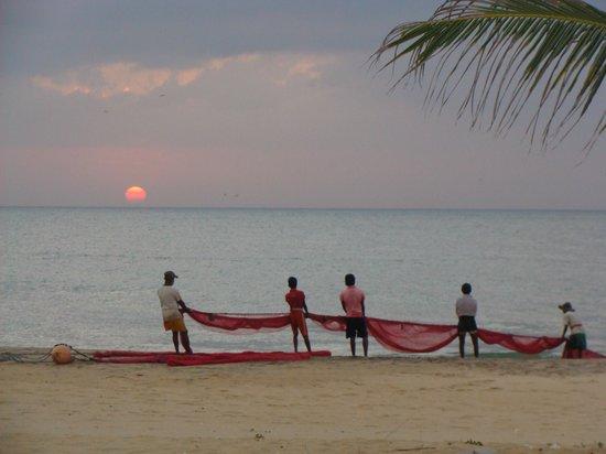 Bar Reef Resort: Fishermen at sunset