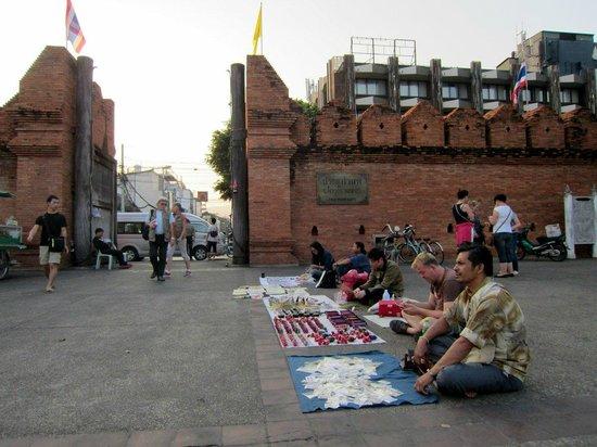 Tha Phae Gate: Sidewalk vendors