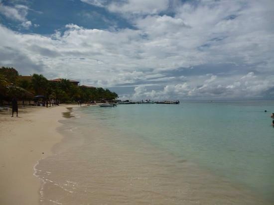 West Bay Beach: Praia e paisagem ,tudo de bom!