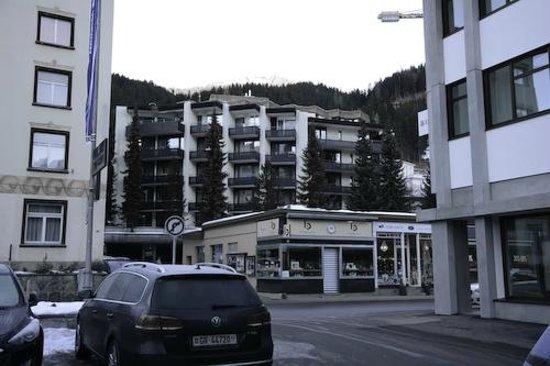 Morosani Posthotel Davos: anexo 51 visto do estacionamento do hotel