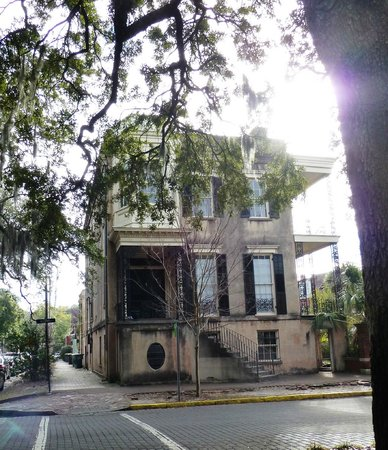 Blue Orb Savannah Ghost Tours: 432 Abercorn during the day, sad property.