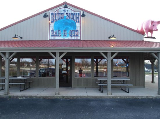 Tom's Blue Moon BBQ: front of the Blue moon
