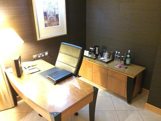 Fairmont Dubai: Hotel room - work desk