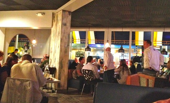 mussel beach restaurant: The place where the beautiful people dine :)