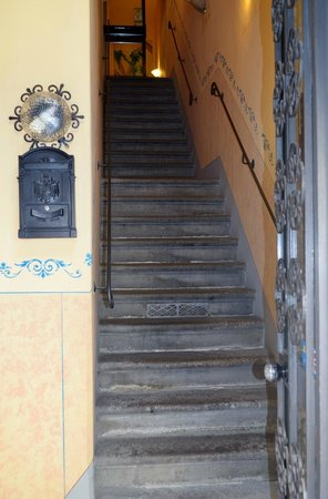 Hotel Palazzuolo: stairs to get to hotel