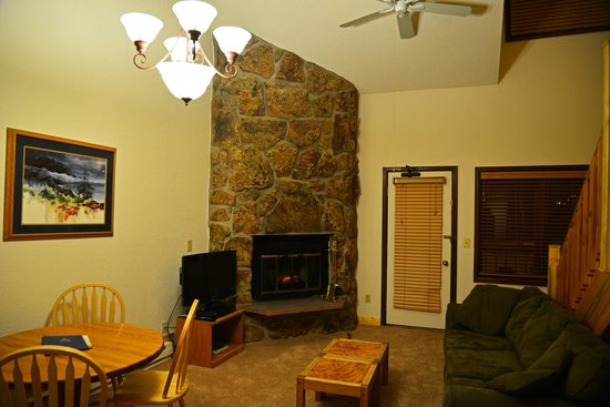 Inn at Silver Creek: Living room with fireplace