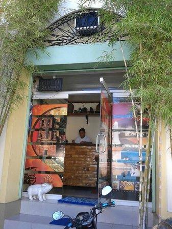 HEM Apartelle: Entrance