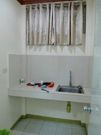 HEM Apartelle: Separate washbasin