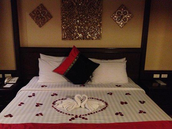 Rayaburi Hotel Patong: The bed, beautifully presented
