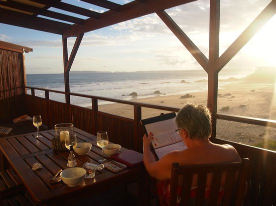 Singing Kettle Beach Lodge & Restaurant: Sunset at dinner