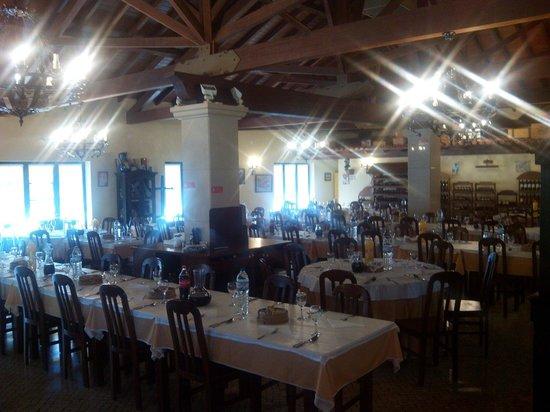 Benedita, Portugal: Sala ampla, ambiente acolhedor, atendimento personalizado, cozinha tradicional portuguesa... O m