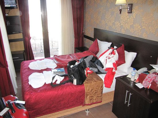 Ares Hotel : Room 407 (sorry about our unpacking)