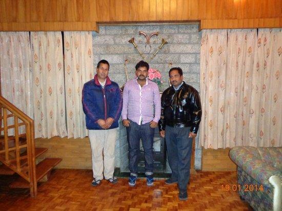 SilverBirch Manali Cottage: with Mr. Premsingh ji (left) and Vijay ji (right)..