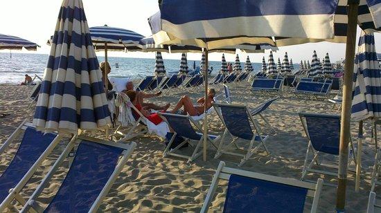 Grand Hotel Continental: Al tramonto è meraviglioso impigrirsi in spiaggia
