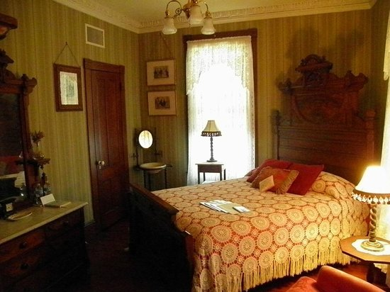 63 Orange Street Bed and Breakfast: Comfy feather bed