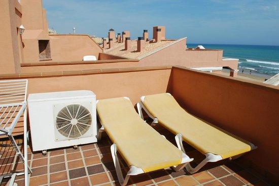 Lloyds Beach Club: Солярий на крыше