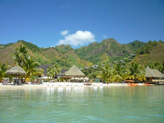 InterContinental Moorea Resort & Spa: Vue le hôtel depuis la plage