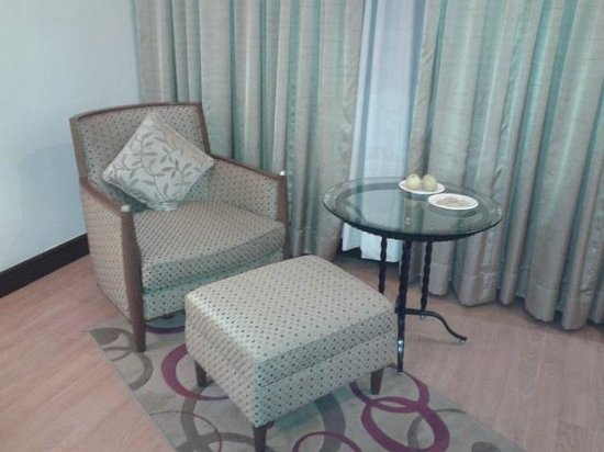 Hotel Hindusthan International Kolkata: Relaxing chair and foot rest