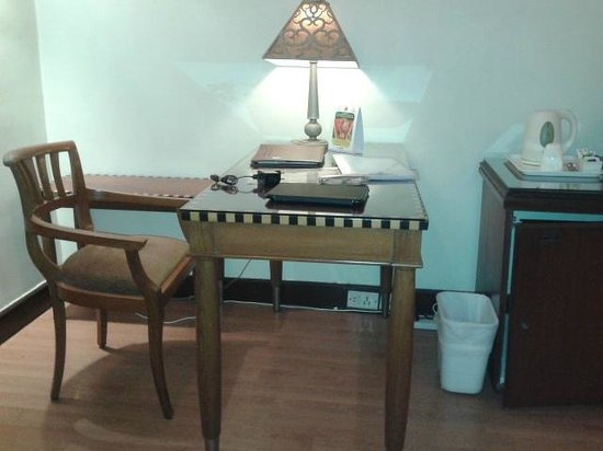 Hotel Hindusthan International Kolkata : Study Table