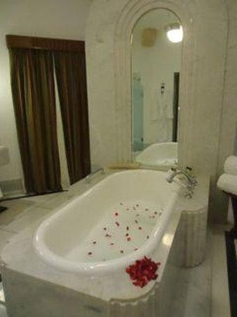 Umaid Bhawan Palace Jodhpur: The hot bath run for our daughter!