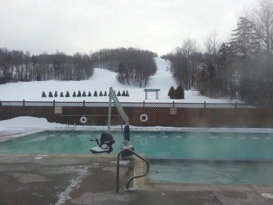 Grand Summit Resort Hotel : pool and view of slopes