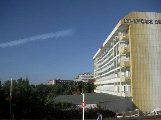 Lycus Beach Hotel: Hotellet från sidan