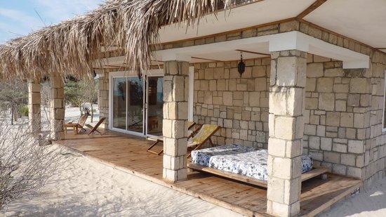 Ankasy Lodge : Devant notre bungalow, pieds dans l'eau !